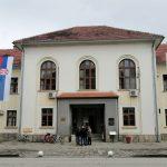 Ispred zgrade Skupštine opštine Bogatić postavljena su dva jarbola na kome se vijore zastave Republike Srbije i opštine Bogatić