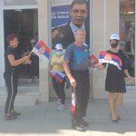 Saopštenje OO SNS Bogatić: Aktivisti OO SNS Bogatić građanima delili zastavice Srbije